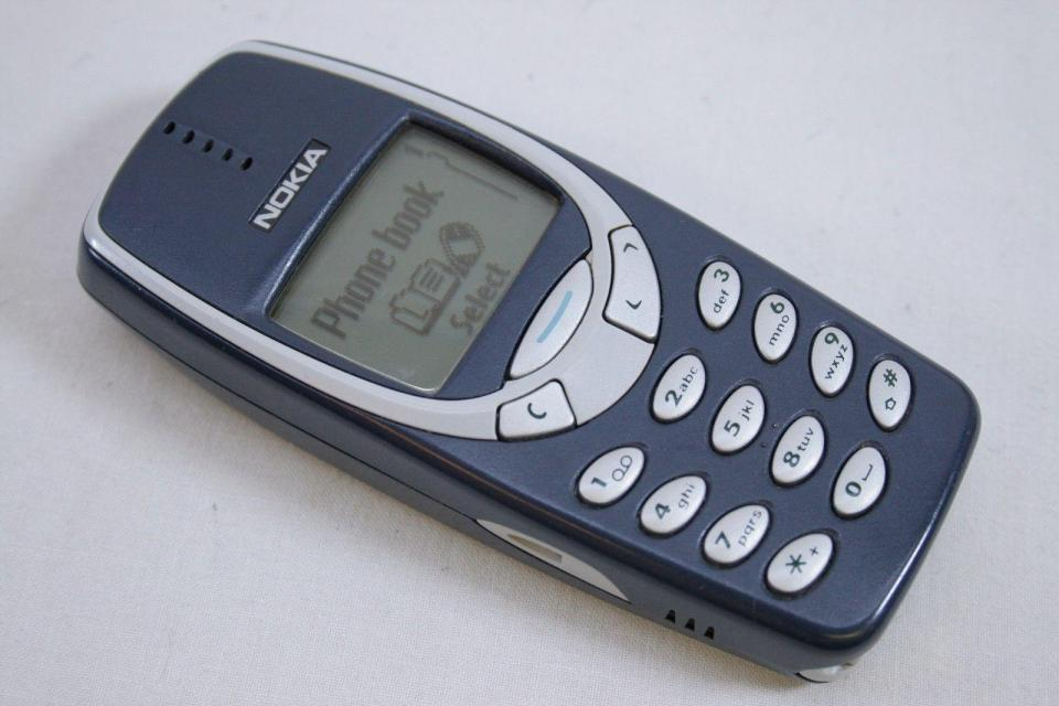 10 Cell Phones We All Desperately Wanted To Own In The Early 2000s